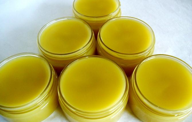 Чудо-мазь из масла, пчелиного воска и желтка