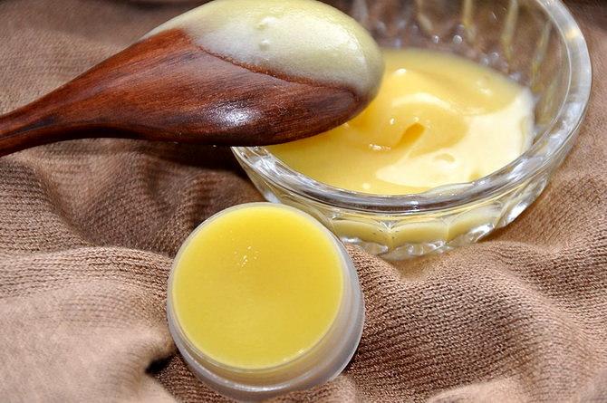Мазь из пчелиного воска, желтка и масла